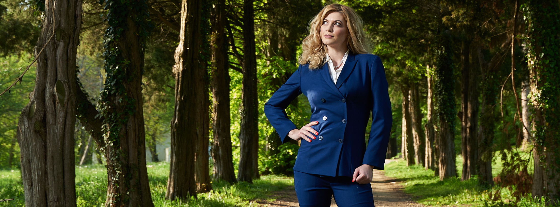 Woman wearing the business suit Hortense in the park