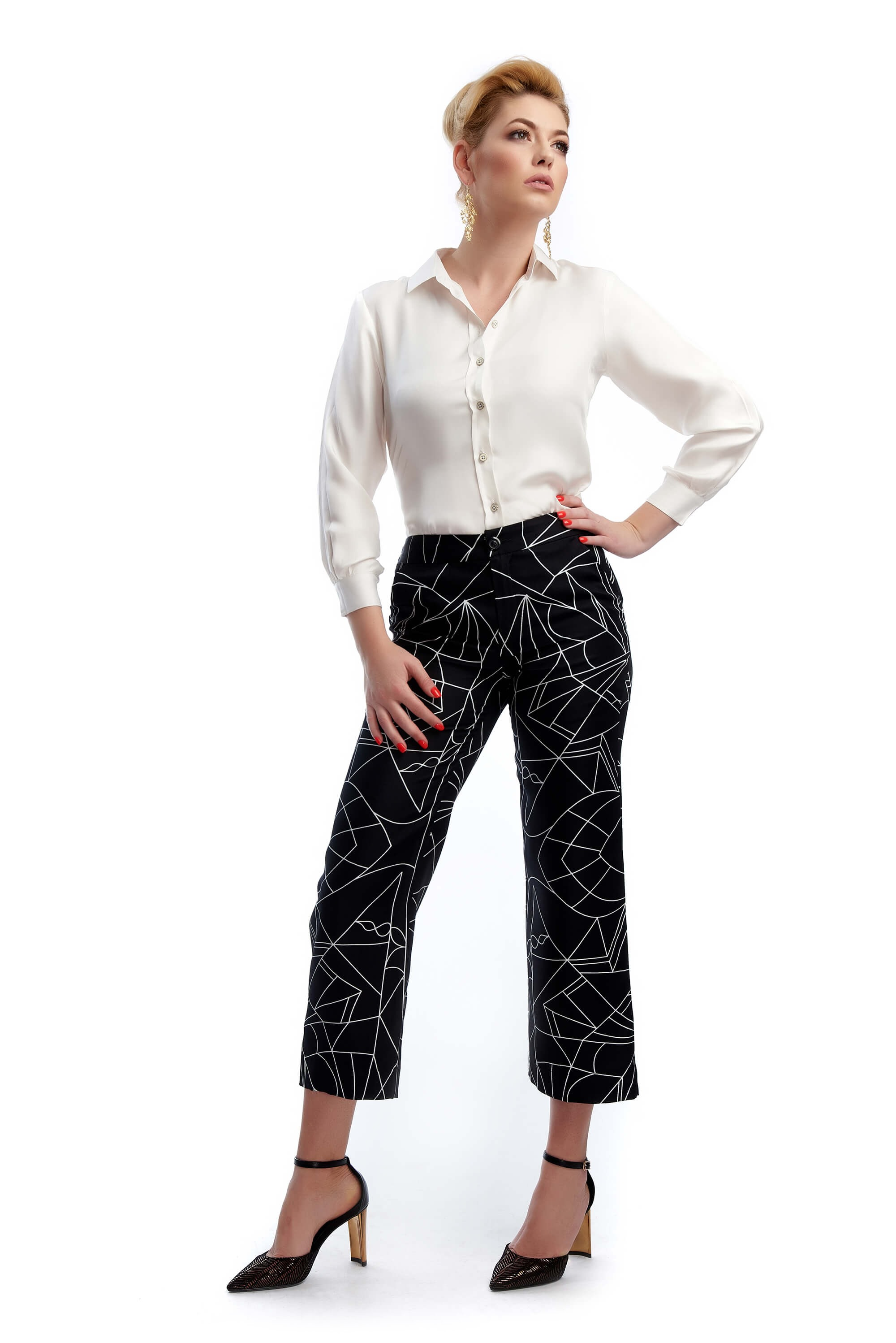 woman wearing the Roxane black short trousers in silk twill with figurative pattern